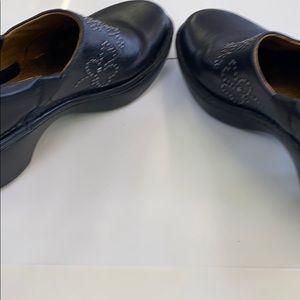 Excellent condition size 6.5B women Ariat shoes
